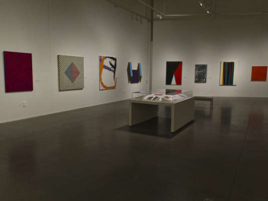 """Vue de l'accrochage de la série """"Acres of Walls"""" de Johanna Barron, dans le cadre de l'exposition """"Chasing Justice"""" au Contemporary Jewish Museum de San Francisco."""