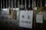 Des messages de soutien accrochés à la porte d'une librairie fermée de Hongkong, lundi 4janvier.