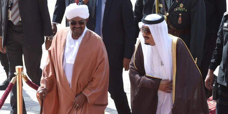Le roi d'Arabie saoudite, Salman Ben Abdel-Aziz Al-Saoud, reçoit le président soudanais Omar Al-Bachir à Riyad, le 10 novembre 2015.