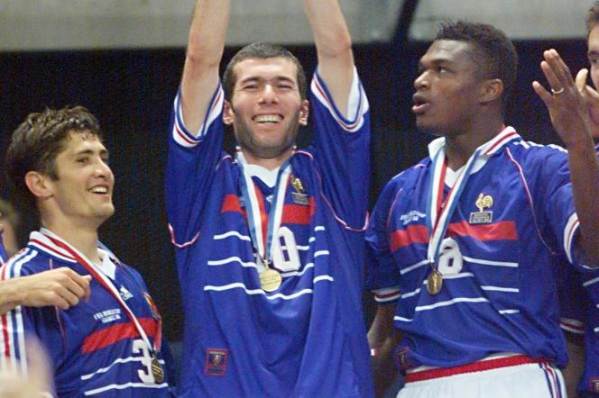 Bixente Lizarazu, Zinédine Zidane et Marcel Desailly lors de la remise du trophée à l'issue de la finale de la Coupe du monde de football face au Brésil, le 12 juillet 1998 au Stade de France à Saint-Denis.