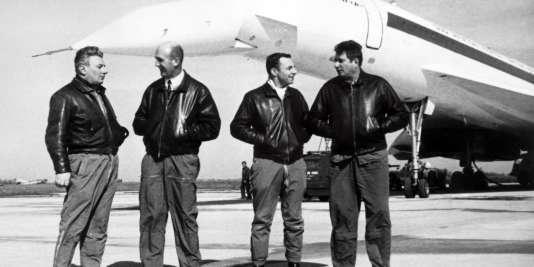 Photo prise le 28 février 1969 de l'équipage du Concorde 001, avec, de gauche à droite, le mécanicien-navigant Michel Rétif, le chef-pilote André Turcat, l'ingénieur-navigant Henri Perrier et le copilote Jacques Guignard.