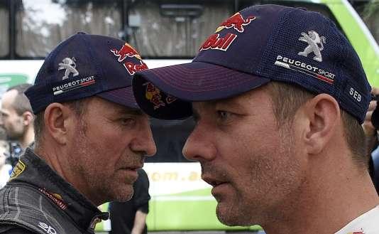 Sébastien Loeb (à droite) et Stéphane Peterhansel les deux leaders du classement général, tous deux de l'écurie Peugeot, le 6 janvier 2016.