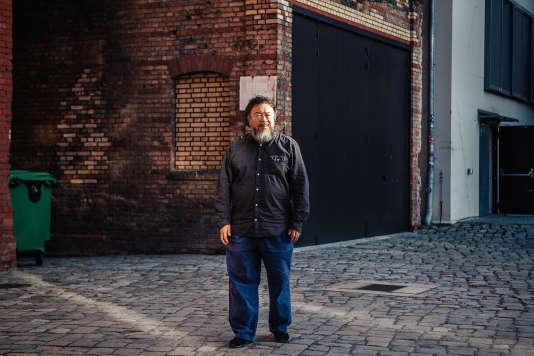 Ai Weiwei devant son atelier berlinois, dans le quartier de Prenzlauer Berg.