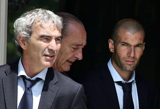 Raymond Domenech, Jacques Chirac et  Zinédine Zidane le 10 juillet 2006 à l'Elysée.
