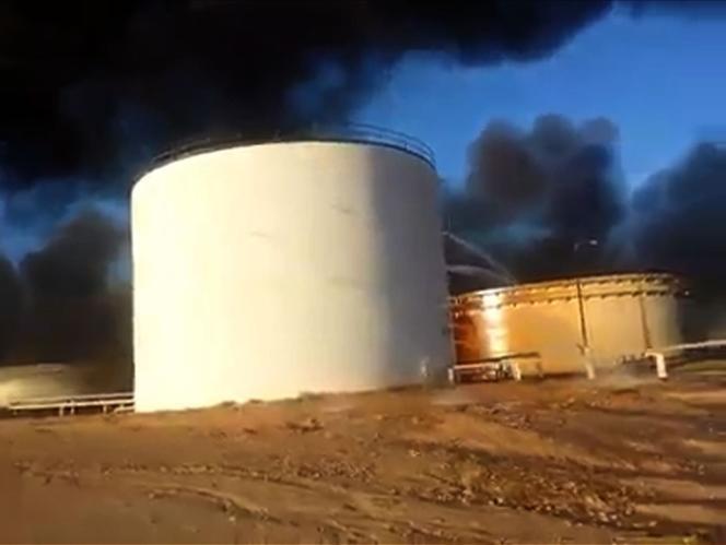 Des images amateur montrent l'incendie qui ravage des terminaux pétroliers libyens après qu'ils ont été attaqués par des combattants de l'Etat islamique.