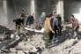 Une victime est évacuée sur un brancard à Zamalka, dans la banlieue de Damas, après une attaque aérienne du gouvernement syrien sur cette banlieue tenue par les forces rebelles. Le 5 janvier 2016.