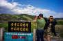 Des touristes chinois découvrent à la jumelle la ville nord-coréenne de Namyang, à la frontière entre les deux pays.