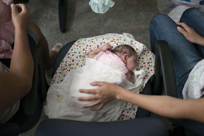 Une petite fille atteinte de microcéphalie à la suite du virus Zika au Brésil fin décembre.