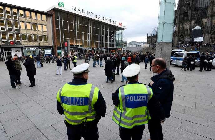 La police surveille les abords de la gare de Cologne, le 6 janvier, après les incidents du Nouvel An.