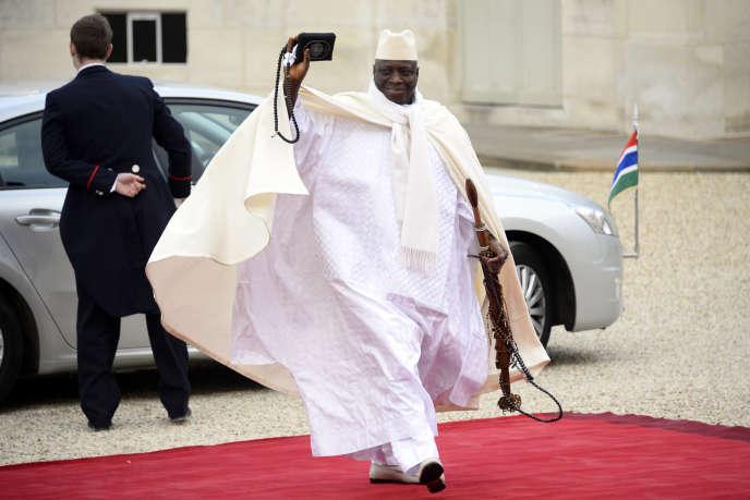 Le président gambien Yahya Jammeh devant le perron de l'Elysée, le 6 décembre 2013.