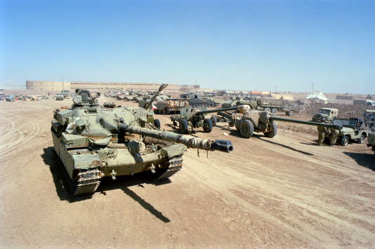 Des chars iraniens, en Irak, pendant la guerre, en juin 1988.
