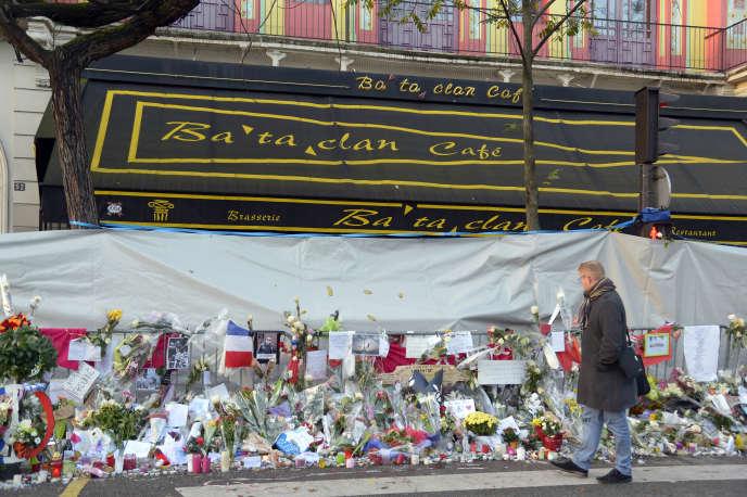 Le mémorial spontané dressé devant le Bataclan, à Paris le 16 novembre 2015.