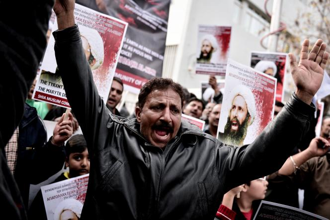 Des chiites manifestent devant l'ambassade d'Arabie saoudite à Athènes, en Grèce, après l'exécution du clerc chiite saoudien Nimr Al-Nimr, qui a déclenché le2janvier 2015 l'escalade diplomatique entre l'Iran et le royaume saoudien.