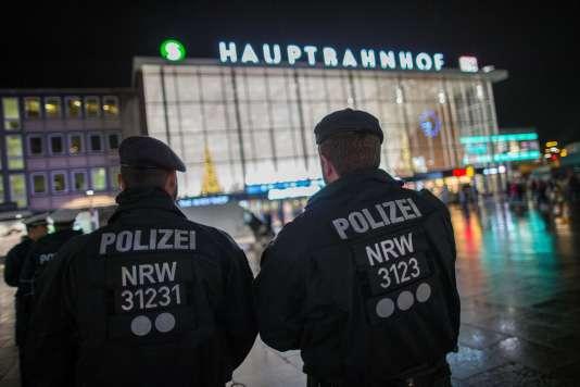 Les forces de l'ordre devant la gare de Cologne, en Allemagne, le 6 janvier 2016.