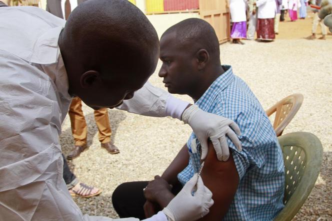 Test de vaccin contre Ebola à Conakry en Guinée, en mars 2015.