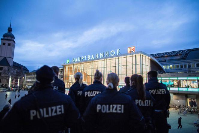 Une patrouille de police devant la gare de Cologne, le 6 janvier 2016.