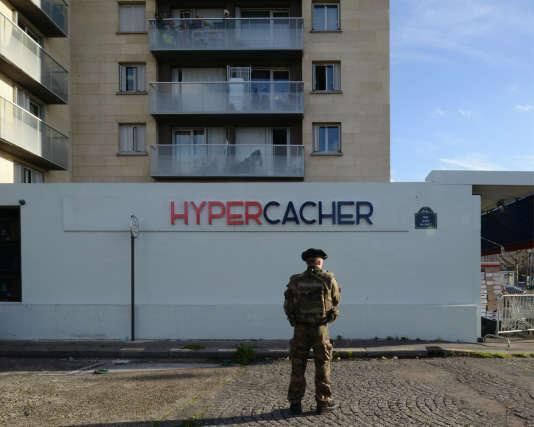 Un an après les attentats de Charlie Hebdo, dans la rue où débouche l'issue de secours de l'Hypercacher.