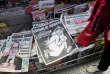 """La """"une"""" du numéro anniversaire de """"Charlie Hebdo"""" dans les kiosques mercredi 6 avril."""
