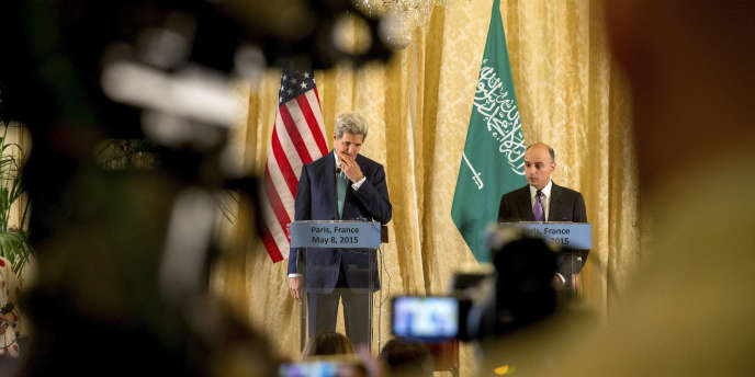 Le secrétaire d'Etat américain, John Kerry, en compagnie de son homologue saoudien, Adel Al-Joubeir, lors d'une rencontre du Conseil de coopération du Golfe, à Paris, le 8 mai 2015.