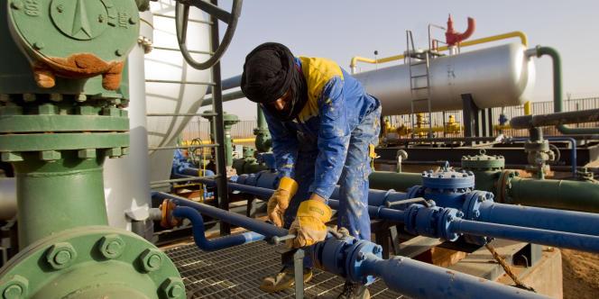 Un travailleur dans une installation de production de gaz dans le sud de l'Algérie.
