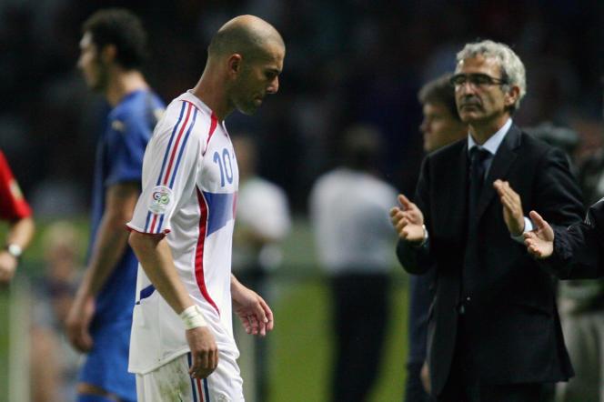 Zinédine Zidane et Raymond Domenech lors de la finale de la Coupe du monde 2006 face à l'Italie à Berlin.