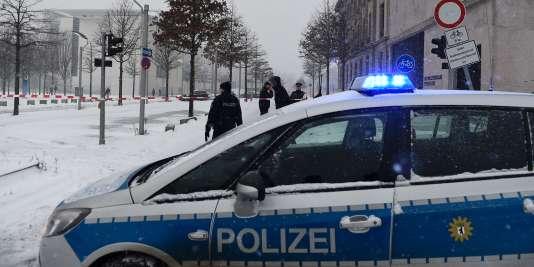 Le porte-parole de la police berlinoise a expliqué que la chancellerie n'avait pas été évacuée, qu'elle restait accessible par d'autres entrées.