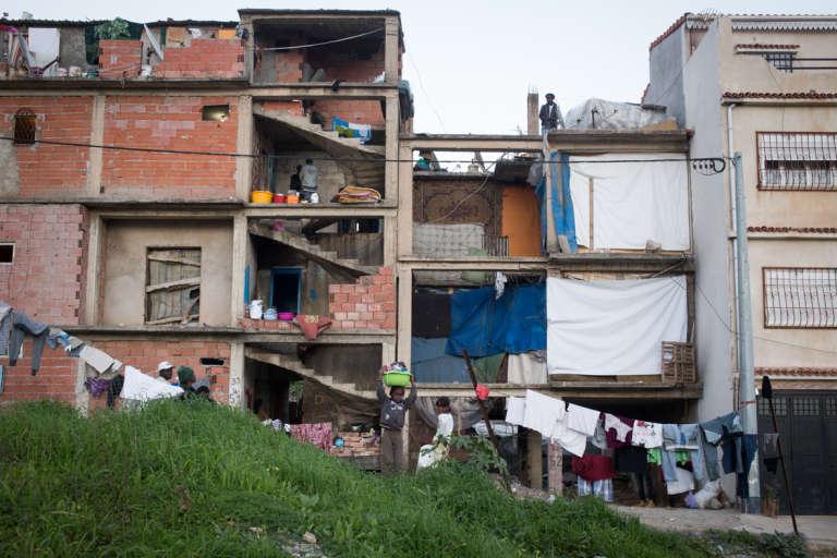 Décembre 2015. Près de 250 personnes vivent dans ce bâtiment inachevé situé dans le quartier de Dely Ibrahim, dans la banlieue d'Alger. Surnommé « Bouchbouk» et connu de toute la communauté migrante, le lieu est l'un des points de chute des nouveaux arrivants.