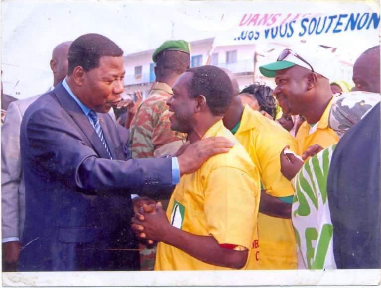 Le président béninois Thomas Boni Yayi (à gauche) avec Robert Yèhouénou, le conducteur de taxi-moto le plus influent du pays, à la tête d'une groupement de près de 100 000 zémidjans. Cette photo est affichée dans le bureau de M. Yèhouénou.