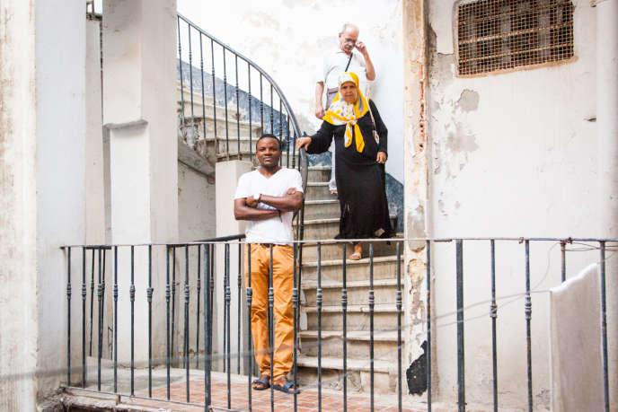 Roland, camerounais, est arrivé en Algérie en 2006 à l'âge de 23 ans. Il a vécu à Tamanrasset, Alger et Oran. Il a été incarcéré à Chlef avant de s'investir dans la lutte pour le droit des migrants. Ici photographié en mai 2015 à Oran, nous le retrouverons en décembre 2015... en Italie.