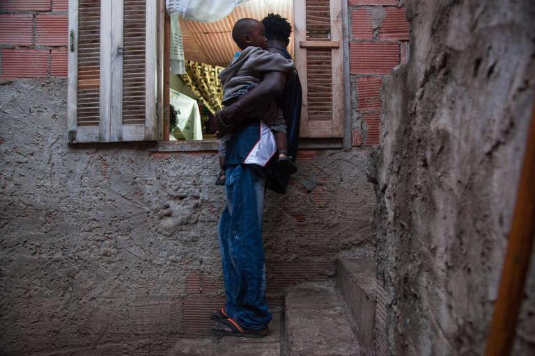 Janvier 2015. Nés sur le sol algérien de parents étrangers, les enfants de migrants subsahariens n'ont pas accès à l'école publique. Quelques rares parents paient alors une école privée qui coûte l'équivalent de 100 euros par mois.