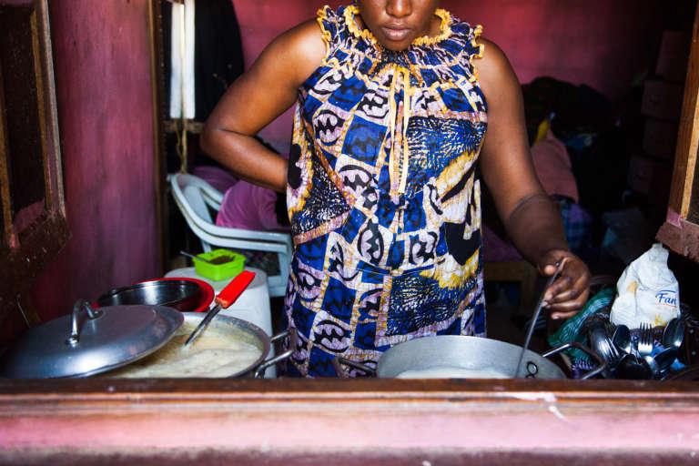 Mai 2015. Aïcha, 31 ans, est ivoirienne. Elle voudrait louer un appartement mais elle n'y parvient pas. En attendant, elle reste dans la « carcasse » où elle s'est installée avec son mari et sa fille.