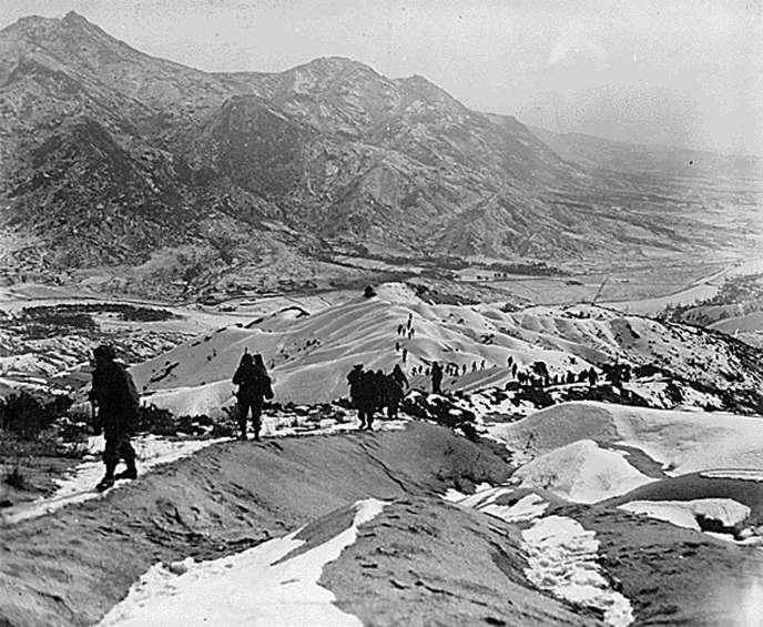 Des soldats envoyés par l'ONU à quinze kilomètres au nord de Séoul, le 3 janvier 1950, pendant la guerre de Corée.