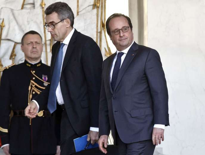 Le Président de la République et le secrétaire général du gouvernement Marc Guillaume à l'Elysée le 23 décembre 2015 après une réunion gouvernementale sur la question de la déchéance de la nationalité française.