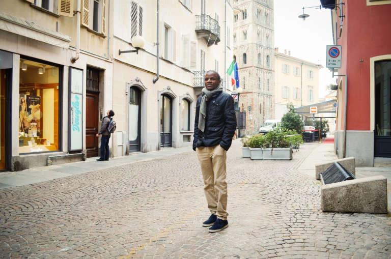 En septembre 2015, Roland, 33 ans, a quitté l'Algérie où il vivait depuis neuf ans. Il s'était beaucoup investit dans la lutte pour le droit des migrants. Après quarante jours de voyage dans des conditions très difficiles, il est parvenu à monter dans un bateau en Libye pour traverser la Méditerranée. Roland est aujourd'hui chargé de distribuer le déjeuner aux migrants d'une petite ville du nord de l'Italie.