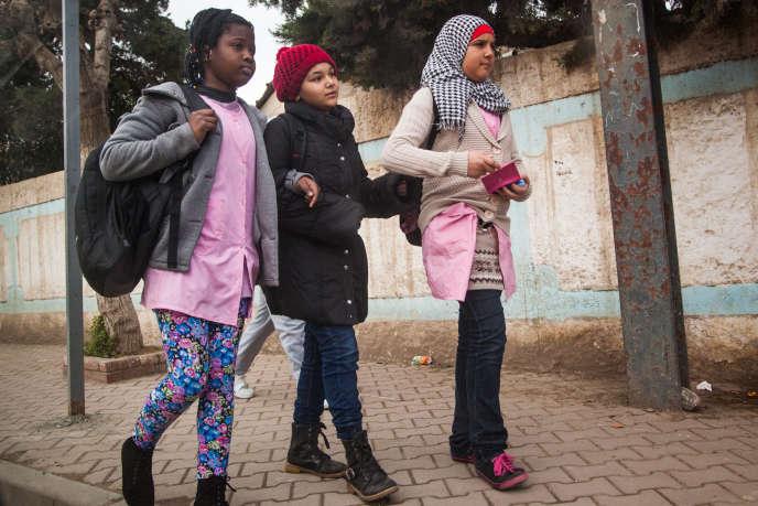 Mai 2015. La plupart des enfants de migrants subsahariens sont francophones ou anglophones alors qu'enAlgérie l'instruction se fait en arabe. A défaut de bénéficier de cours particuliers, trop coûteux pour les familles, les enfants accumulent souvent du retard en classe.