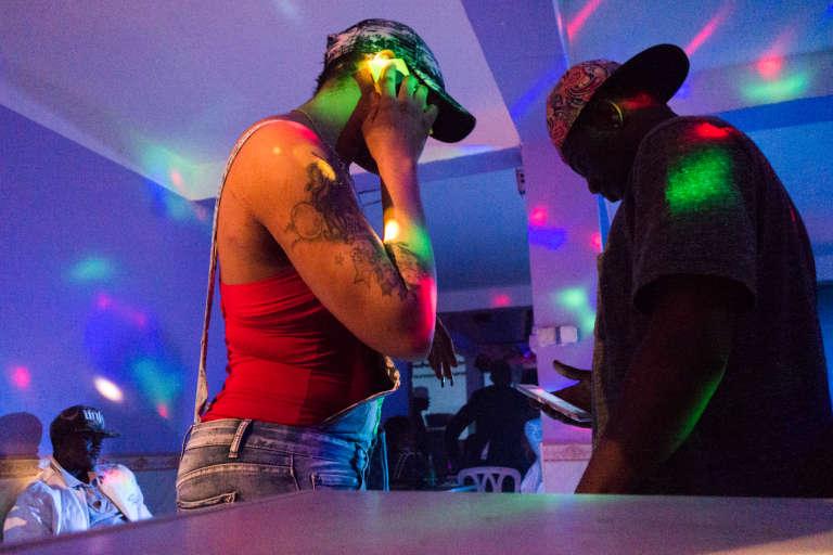 """Janvier 2015. Un collectif de Camerounais d'Alger organise régulièrement des soirées dansantes. Elle loue une salle des fêtes à un propriétaire algérien qui surveille le bon déroulement de la soirée.Le collectif tente d'y reconstituer l'ambiance des""""maquis"""", dédiés à la drague et où la bière coule à flots."""
