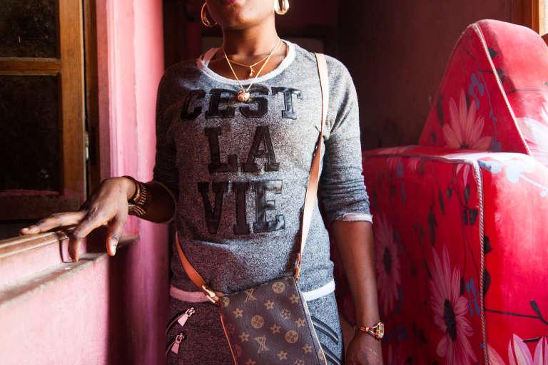 Mai 2015. Femme de passage à Guantanamo, un des lieux de vie des migrants en périphérie d'Alger, venue régler un contentieux avec un garçon. Les femmes migrantes sont particulièrement fragilisées, car trouver du travail est encore plus compliqué que pour les hommes. Les associations ont crée des groupes de parole et tentent d'employer quelques femmes comme référentes.