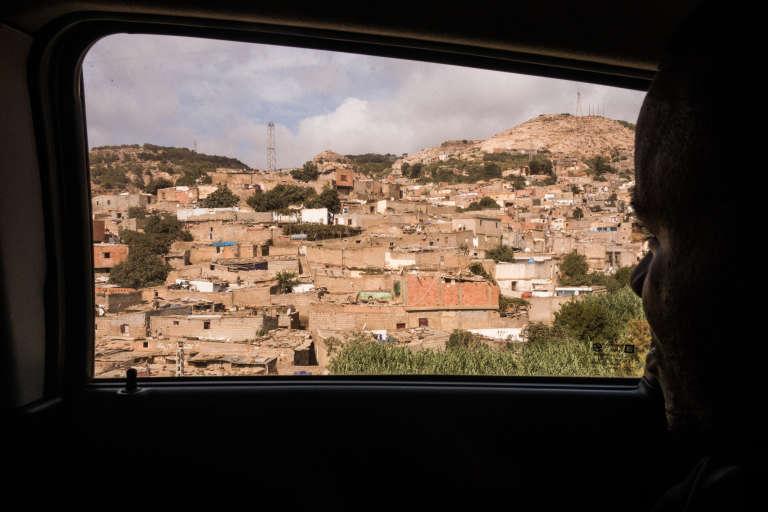 Septembre 2015. A Oran, la majorité des migrants vit à la périphérie de la ville. Les loyers sont moins chers dans les quartiers précaires comme Coca, Aïn Beïda ou les Amandiers, souvent décriés pour leur insécurité.