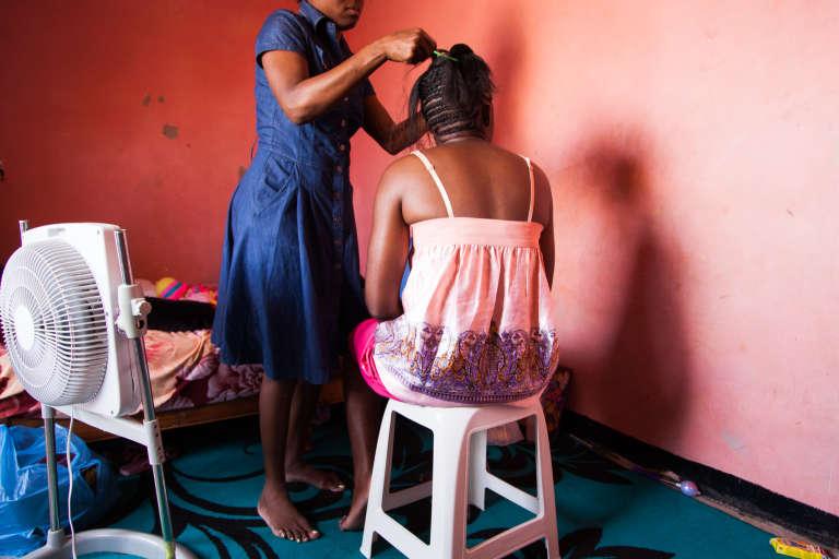 """Septembre 2015. Danièle est arrivée en Algérie fin 2014. Pour gagner un peu d'argent, elle coiffe les migrantes de son quartier mais survit grâce aux revenus de son conjoint qui effectue des travaux de maçon ou de peintre. Elle rêve d'avoir du travail, une douche et de l'eau courante """"qui sort du mur""""."""