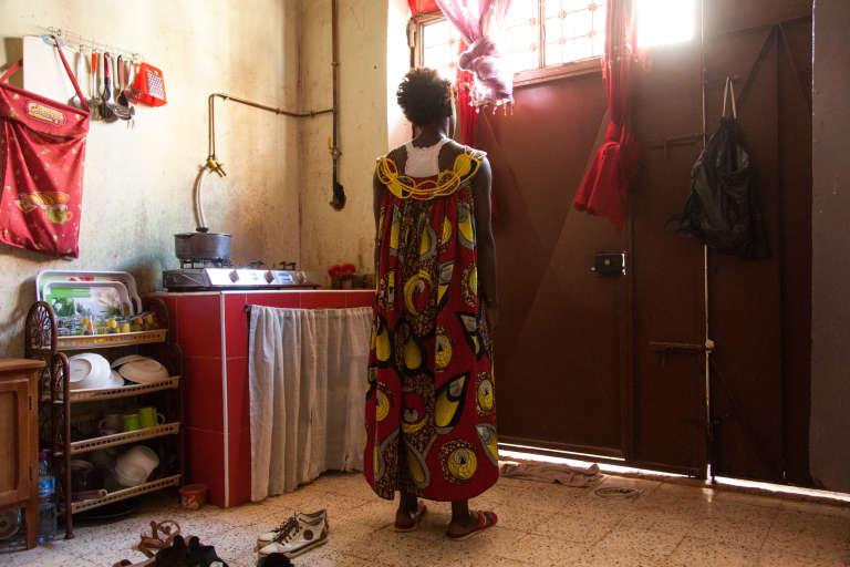 Septembre 2015. Awa, 27 ans, camerounaise, vit dans un garage sans salle de bains à Ain Beïda, quartier populaire situé en périphérie d'Oran. Son propriétaire lui loue cet espace sans fenêtre 13 000 dinars par mois (90 euros).
