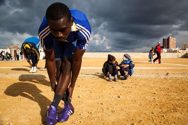 Janvier 2015. A Aïn-Benian, en périphérie d'Alger, un tournoi oppose les joueurs de deux quartiers de la capitale. La plupart des joueurs sont camerounais, d'autres sont maliens ou congolais. Hormis quelques spectateurs, aucun Algérien ne participe au match.