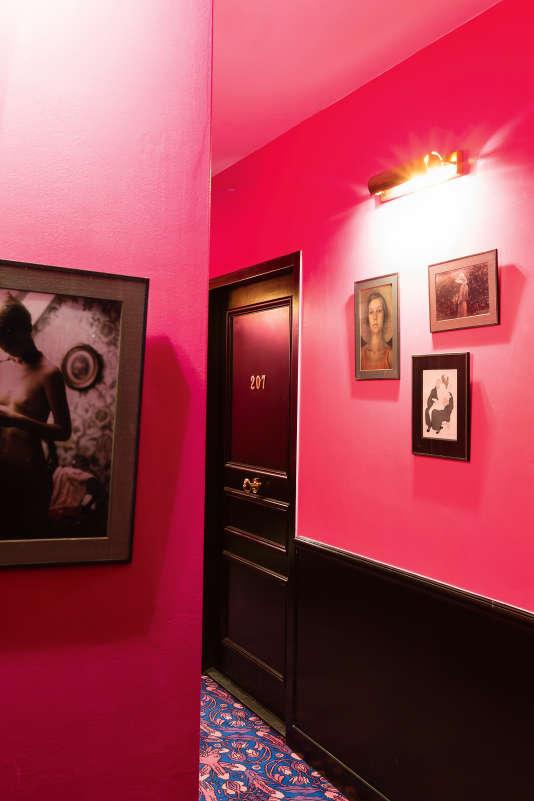 Moquette à l'imprimé phallique et tableaux suggestifs, Le Grand Amour Hôtel, à Paris, dans le 10e arrondissement, multiplie les références coquines.