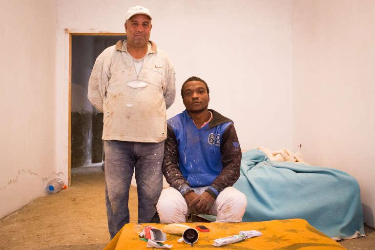 Décembre 2015. Mohamed travaille avec Wahid, un artisan maçon qui l'a pris sous son aile, depuis deux mois et demi. « Il est comme mon père », confie-t-il.  Mohamed est payé à la tâche selon les besoins de son patron et gagne environ 1200 dinars (10 euros) par jour.