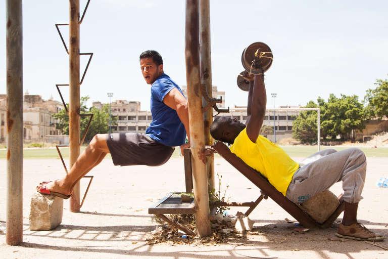 Mai 2015. Des séances de musculation où se mélangent Algériens et migrants ont lieu quotidiennement dans un stade d'Oran, l'un des rares endroits où les migrants sont visibles.
