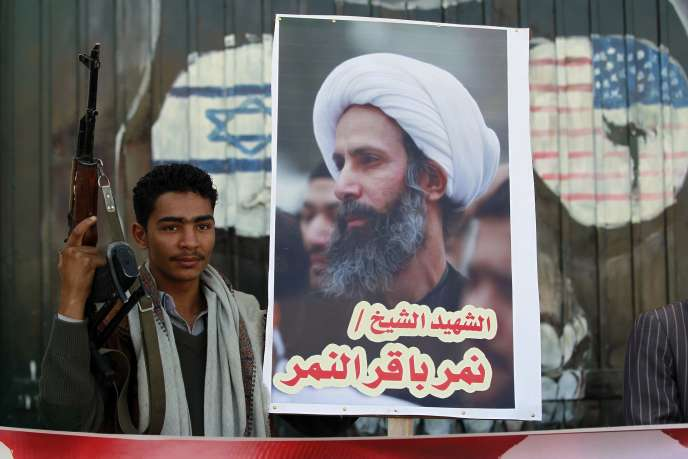 A Sanaa, le 7 janvier, un partisan de la rébellion houthiste brandit un portrait du clerc chiite Nimr Al-Nimr exécuté par l'Arabie saoudite cinq jours plus tôt.
