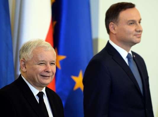 Le président polonais, Andrzej Duda (à droite), et le chef du parti Droit et justice (PiS) Jaroslaw Kaczynski, le 13 novembre 2015 à Varsovie.