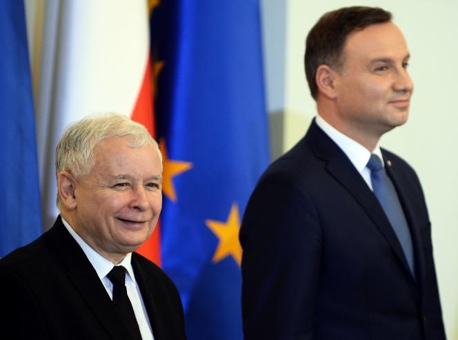 Jaroslaw Kaczynskin, président du parti nationaliste Droit et justice (PiS), etAndrzej Duda, président de la Pologne, en novembre 2015, à Varsovie.