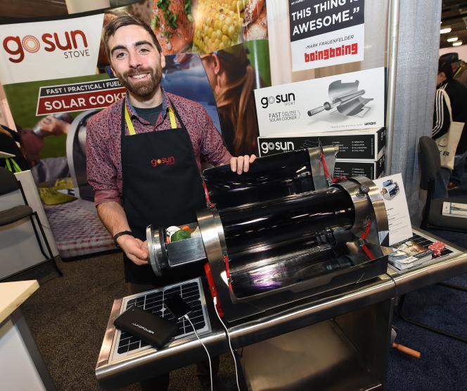 Matt Gillespie présente au CES de Las Vegas son GoSun Grill, un barbecue solaire.