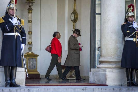 Christiane Taubira et Bernard Cazeneuve à la sortie du premier conseil des ministres de2016, à l'Elysée le 4 janvier.