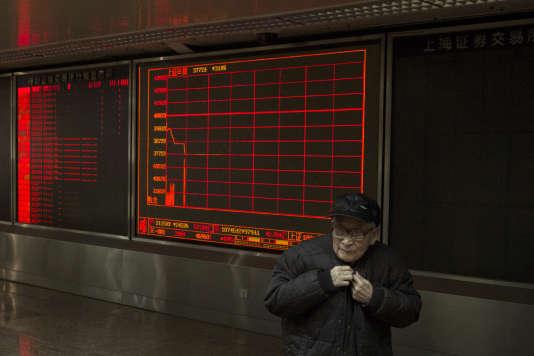Un investisseur s'apprête à quitter une maison de courtage après l'interruption de séance du Shanghai Composite Index, jeudi 7 janvier.